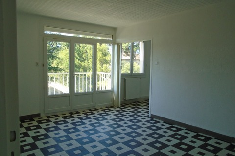 Location Appartement  comprenant 3 pieces  à BAGNOLS-SUR-CEZE